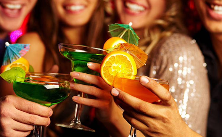 Алкогольный гороскоп: какой напиток выбирать на праздники каждому знаку Зодиака?