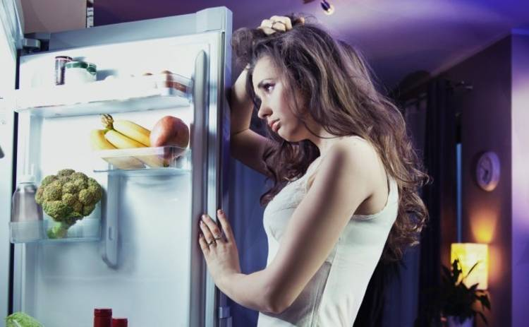 Медики рассказали о серьезных последствиях ночных перекусов