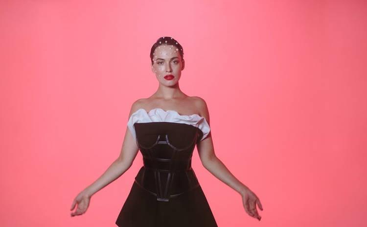 Астафьева показала на видео лучшие позы для фотосессии в белье