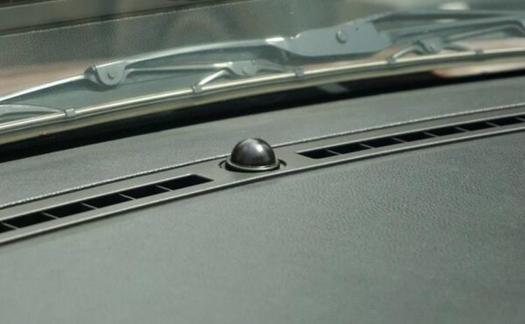 Полусфера под лобовым стеклом автомобиля: что это, и в чем его функциональность
