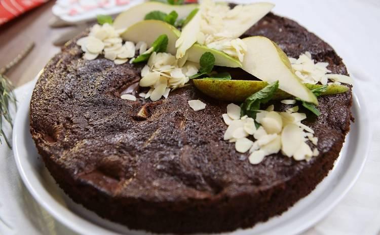 Шоколадный пирог с грушей и миндальными хлопьями от ведущих «Готовим вместе» (рецепт)