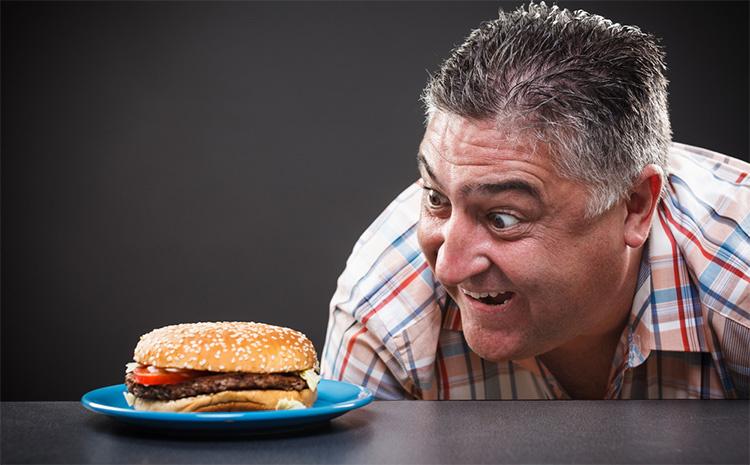 Медики рассказали последствия быстрого употребления пищи