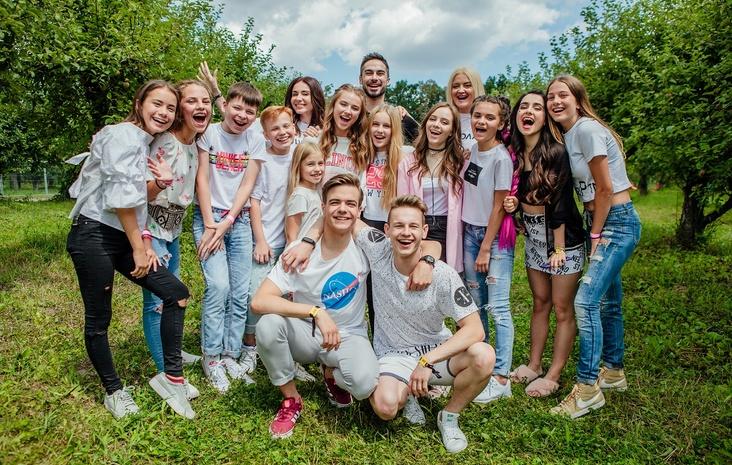 Актеры сериала «Школа» с поклонниками