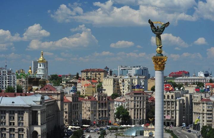 Вцентре Киева собираются люди напарад коДню Независимости