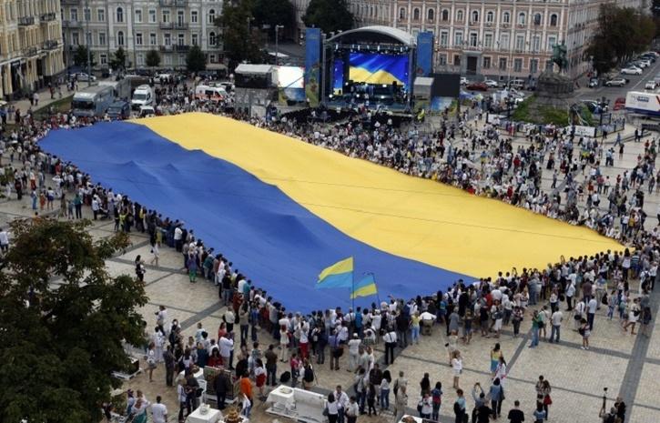 Волонтеры скинули изБПЛА на захваченный Донецк тысячи поздравительных листовок