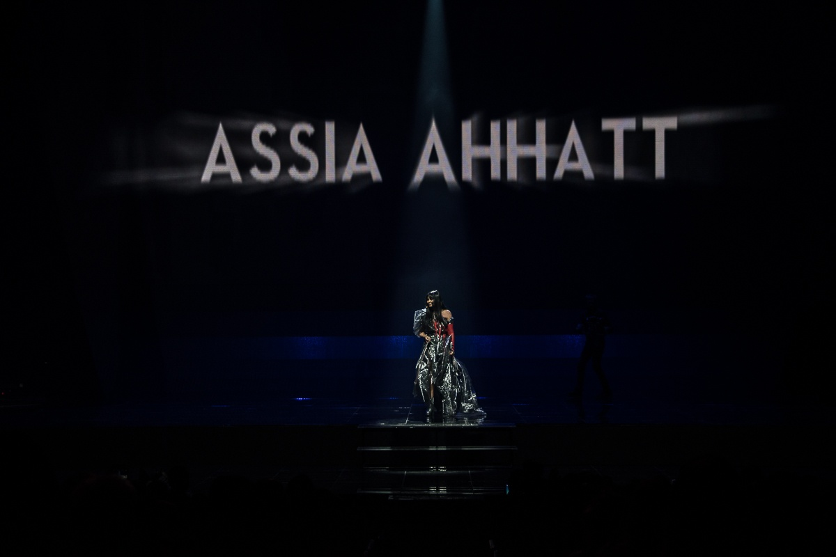 assiya-ahat-na-koncerte-v-kieve-iskupalas-pod-ledyanym-dozhdem-3
