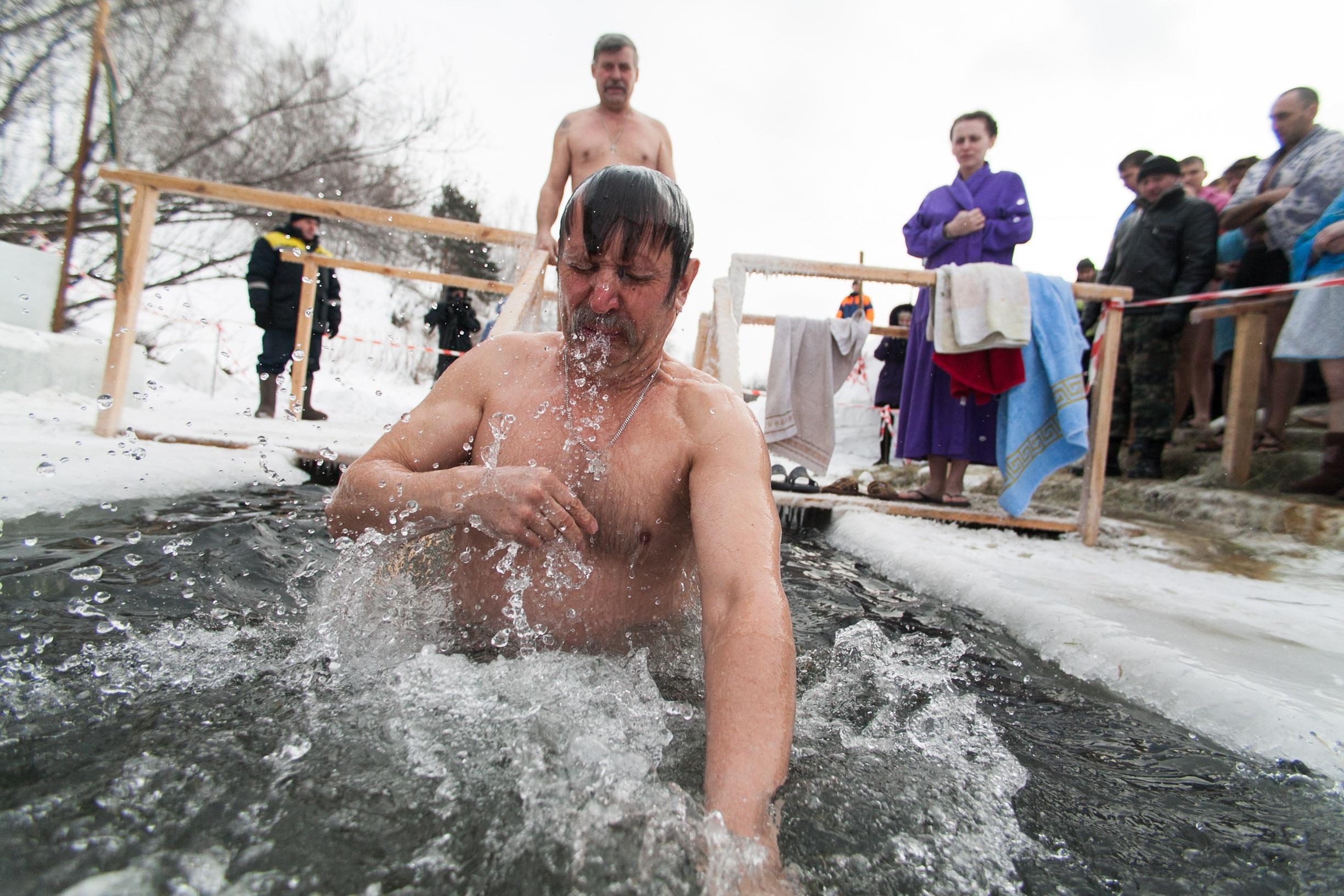 kreshchenie-2017-kak-pravilno-kupatsja-v-prorubi-i-gde-mozhno-iskupatsja-v-kieve-1
