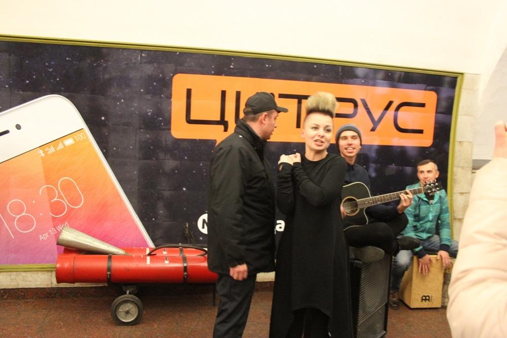 ukrainskaja-ledi-gaga-ostanovila-kievskij-metropoliten-video-1