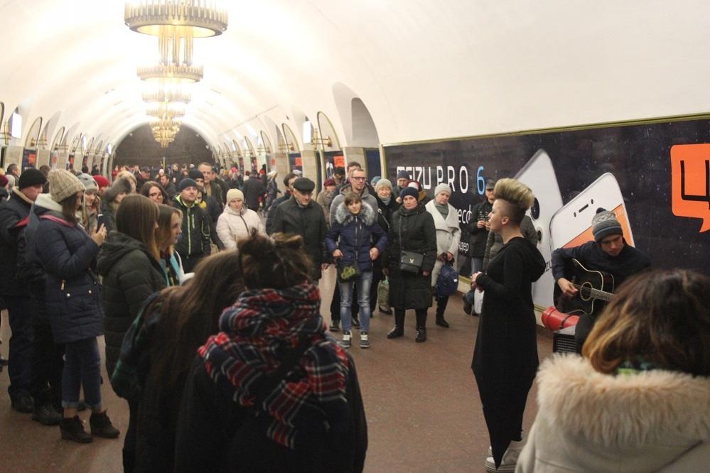 ukrainskaja-ledi-gaga-ostanovila-kievskij-metropoliten-video-2