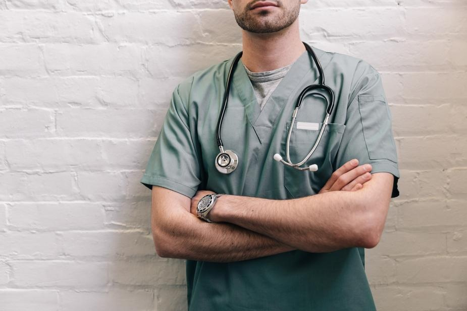 male-doctor-standing-with-arms-crossed_925x