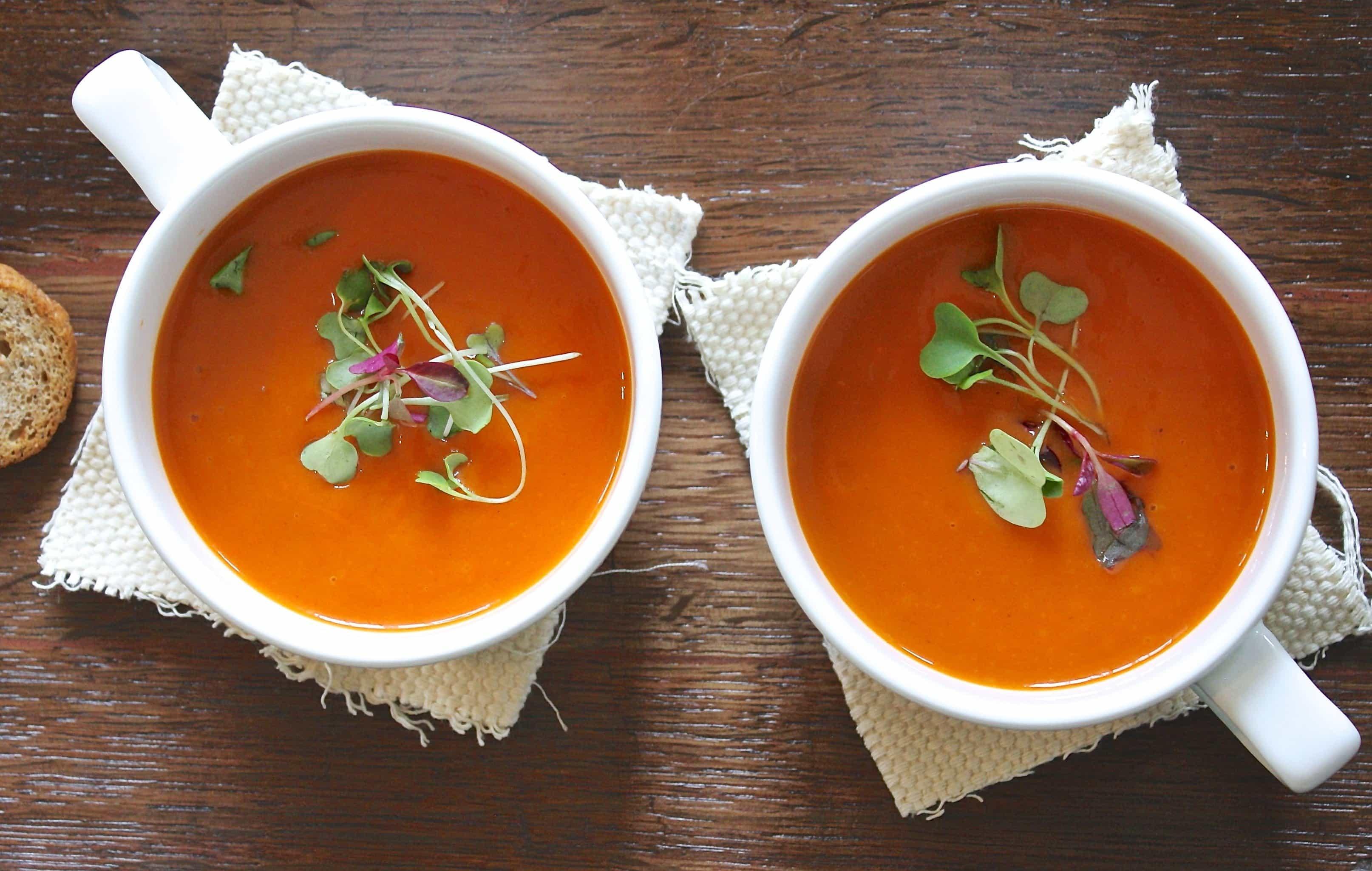 aromatnyy-sup-s-pechenymi-ovoshchami-i-rozmarinom-ot-pevicy-lilu-recept