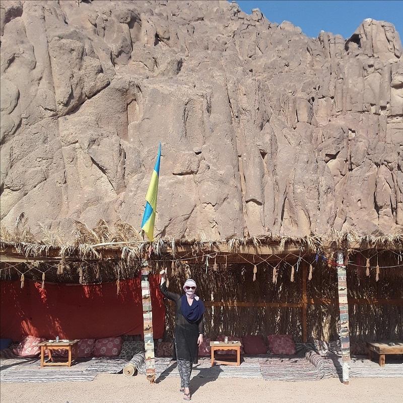 natalya-kudryashova-otyskala-v-egipte-ukrainskiy-flag--104652_02
