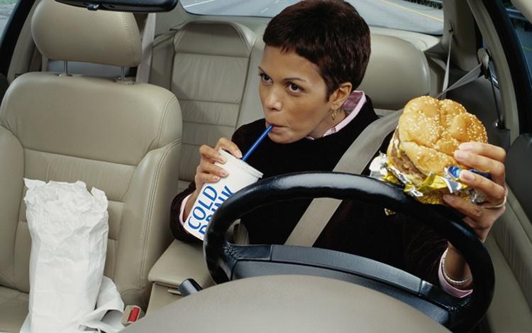 comendo-no-carro_