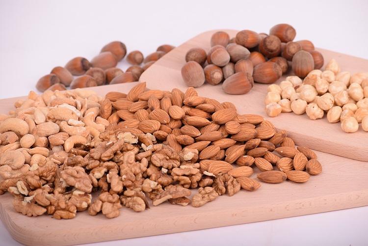nuts-3248743_960_720_
