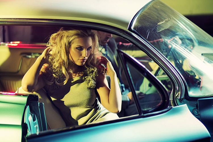 Секс в машине лежа на заднем сидении