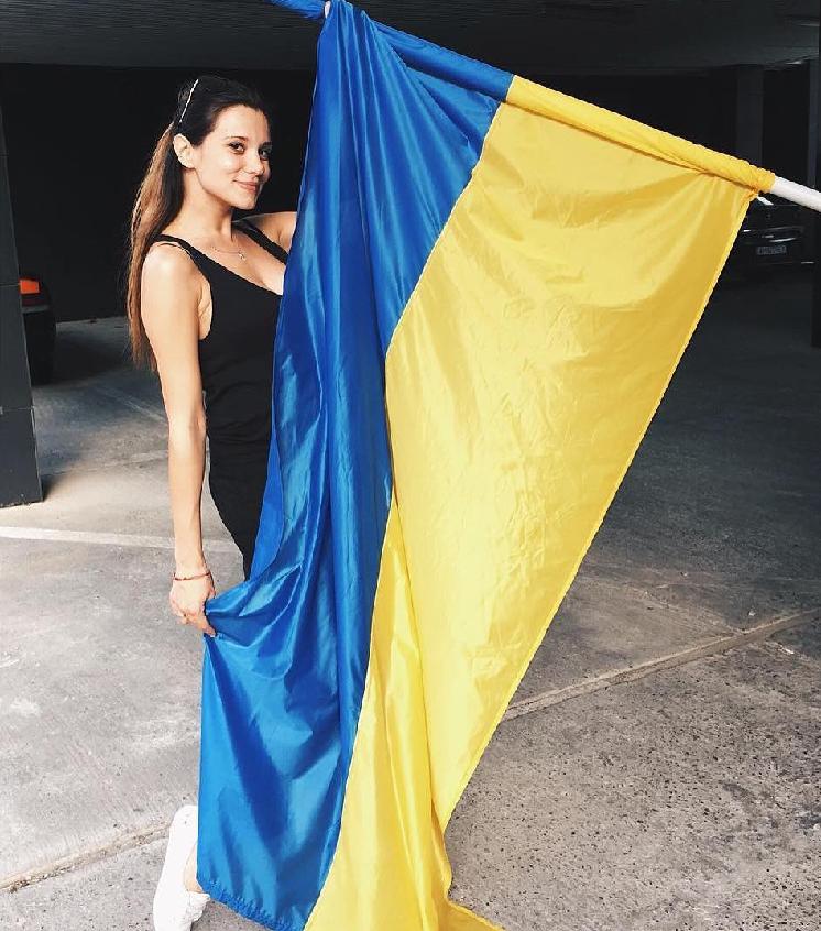 galina-bezruk-razvernula-v-centre-rossiyskogo-sochi-flag-ukrainy1