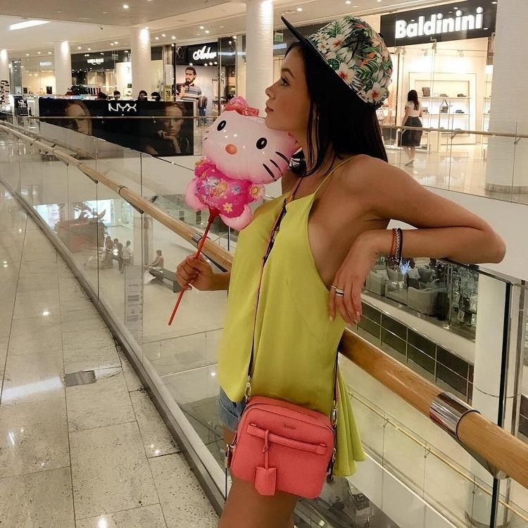 Мария Яремчук разгуливает по торговому центру без нижнего