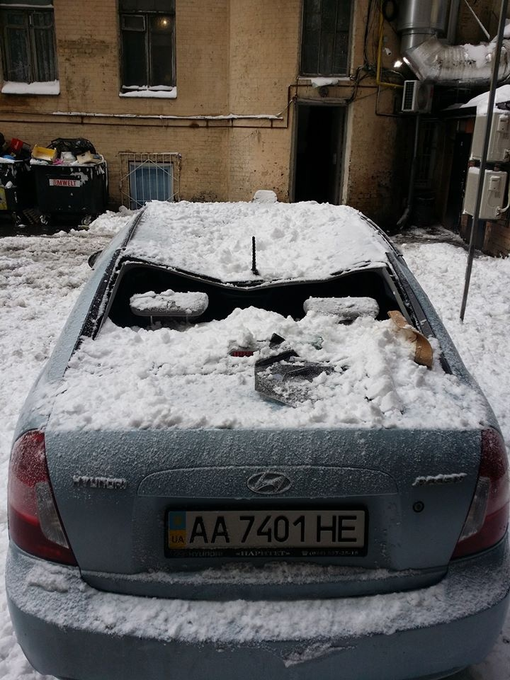 v-kieve-glyba-snega-znatno-pomyala-chyu-to-mashinu-foto1